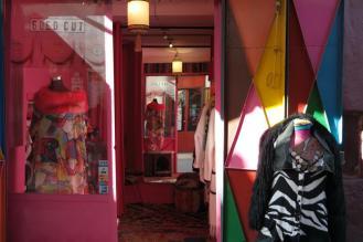Modernes Modedesign in der Rue Sidi Abdelaziz/Rue Amsafah