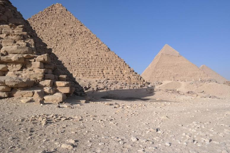Giza, pyramids of a queen, Mykerinos, Chefren, and Cheops (from left to right).